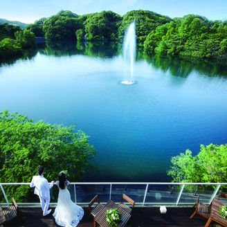 テラスからは森と湖を一望できる絶景リゾートWが叶う