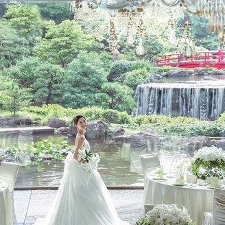 ロココ調の豪奢なシャンデリア、和の要素を取り入れた絨毯、そして一面の窓からは日本伝統の芸術「日本庭園」が広がる。都心であることを忘れる、メインバンケット「鳳凰」。