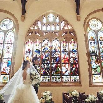 【セント・ラファエル礼拝堂】おふたりをステンドグラスがより美しく輝かせます。
