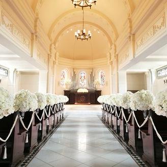 新婦様が憧れる大聖堂チャペル「アスピラシオン教会」 天井高8mを誇るドーム型チャペルは自然光が射し込み、讃美歌が響き渡る荘厳な空間。 挙式後は大階段で開放的なセレモニーをお楽しみください。