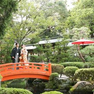 和装の映える緑豊かな庭園