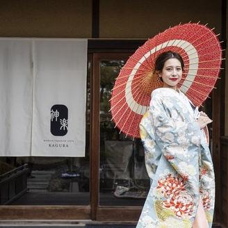 家族婚会場KAGURAの入り口にはモダンデザインの暖簾が