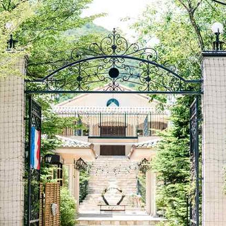 緑が生い茂るアイアンの門の向こうには、「結婚式の街」と謳われる南フランスの街並みが広がります。 大階段や噴水などもあり、貸し切り感溢れる造りをしております。 季節によって雰囲気が変わるのも魅力です。
