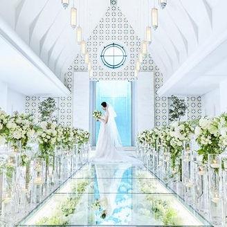 清々しいバージンロードに白とグリーンを基調とした装花がよく映える。神殿もあるので和装の場合も安心を