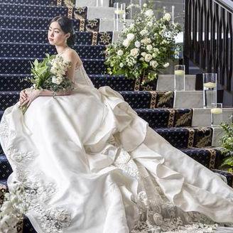 ウエディングドレスが映える階段での撮影は映画のワンシーンのよう