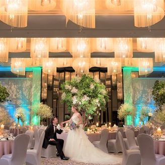 ゲストを魅了する洗練された空間が魅力の東京マリオットホテルが誇るボールルーム。 最大400名様までのご列席が可能な広々とした空間はダイナミックな装花が見事に映える人気の会場です。