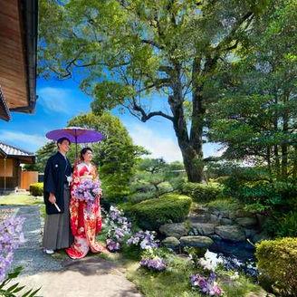 青空の下、凛とした美しが印象的な日本庭園。