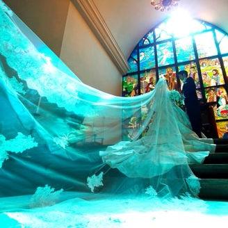東北最大級のステンドグラスから差し込む鮮やかな光と純白のウェディングドレスの相性バツグン!