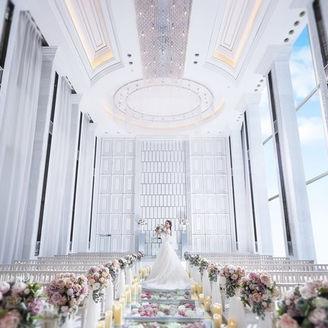 天井高7m、お花の10mのバージンロードが大人気のチャペル!