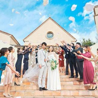 最高の笑顔と祝福があふれる独立型チャペルでのフラワーシャワー。挙式の後は大階段で青空の下、ウェディングフォトを記念撮影。ウェディングドレスが映える瞬間。まるで海外挙式のような結婚式がかなう。