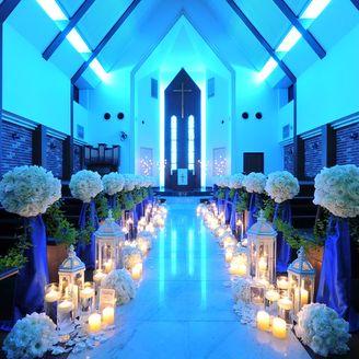 おふたりが愛を誓った後、チャペルは幻想的なブルーの空間に。幸せを象徴する色に包まれる…