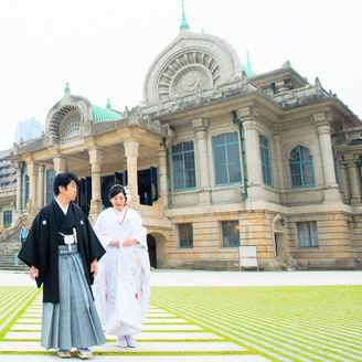 有形文化財に指定されている本殿をバックに、挙式前におふたりの記念撮影