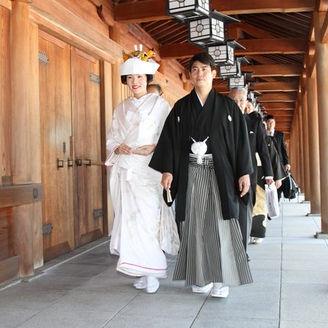橿原神宮儀式殿のお式をおえ、畝傍山と社殿を背景に、回廊を歩かれています。