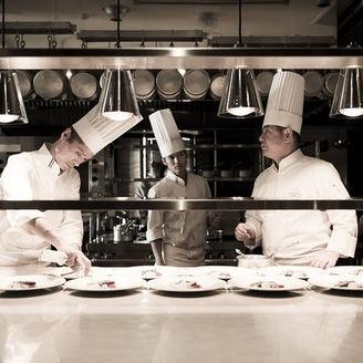 出来たての温かい料理を仕上げるシェフ達