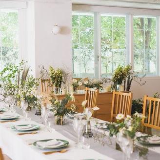 自然光差し込む開放感あふれるお食事スペース 少人数式にもおすすめの空間。 白を基調とした空間は、お好みの装飾やお花でお二人らしい空間へ。 ミシュラン星付きのお料理と合わせて、大切な人と感動の結婚式を。