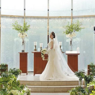 光と水が流れる祭壇は新婦様をより美しく輝かせてくれます