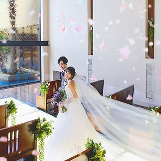 チャペルでの神聖な挙式は、水と光に包まれて。
