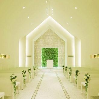 ホワイトとグリーンを基調としたハイセンスなチャペルは「かわいい!」と大好評♪ 48名収容なのでご親族や大切なゲストを招いて心温まる感動結婚式を実現できます。