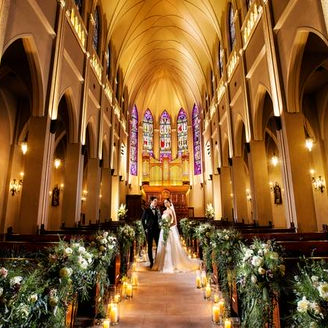 圧倒的なスケールと厳粛な雰囲気が、訪れた人達をとりこにする迫力の大聖堂セレモニー