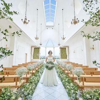 オリーブの木を用いた温もり感じる教会では参列してくれたゲストにふたりが幸せになることを誓う。 1軒目来館で40名様以上の挙式・披露宴を検討のカップルには挙式料をプレゼント♪