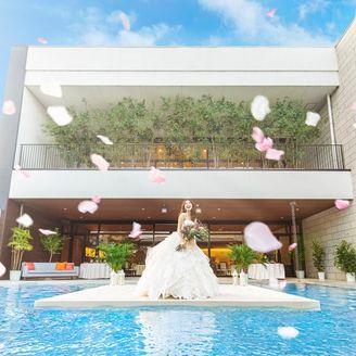 光・水・風・緑・空。5つのエレメントを感じることができるプライベートレストラン「ヴォーノ!」 デッキテラスで爽やかな光と風を感じながらプライベート感溢れるウエディングをお楽しみください