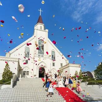 圧倒的なスケールで花嫁を魅了し続ける独立型チャペル『聖 マリエ・ド・クール教会』。聖なる誓いを交わした後の、青空広がる大階段でのフラワーシャワーやブーケトス、バルーンリリースも楽しい演出の一つ。