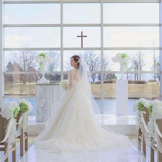白山に向かって広がるチャペル空間で、花嫁の表情もやわらかく映ります。