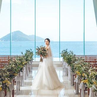 大きなガラス窓いっぱいに広がる瀬戸内海の穏やかな海