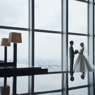 デートやプロポーズで幾度となく訪れた最上階「ニューヨーク グリル」。ふたりの思い出の場所、天空のレストランをフォトスポットに記念の1枚を