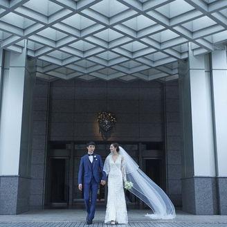 丹下健三氏とジョン モ―フォード氏のコラボレーションによるスタイリッシュなホテルを、ふたりの結婚式のステージに