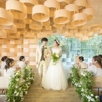 世界的建築家隈研吾氏が手がける新チャペル。 九十九島の豊かな自然と大地をコンセプトに設計されました。 九十九島を構成する自然の要素を取り入れた空間は、屋内にいながらも、ガーデンの木陰のような心地よさ。