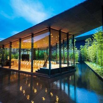 ライトアップされた夜の雰囲気も素敵!夕日に包まれた幻想的な空間を演出し、ゲストを非日常の空間へとご案内致します