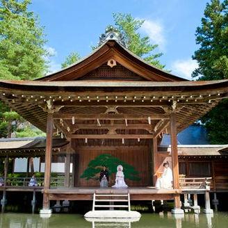 日本随一の能舞台での挙式。 能舞台は池の上になければならない理由があります。日本に於いては非常に稀有な能舞台です。 池には、260匹ほどの立派な錦鯉。 池をはさんで手前は芝生になっています。