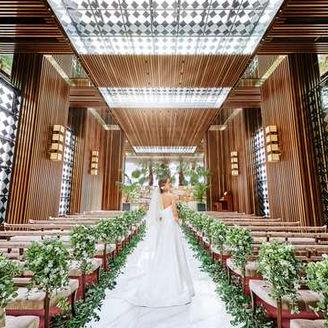 天井に広がる青空と荘厳な空間が織りなす開放感のあるチャペル