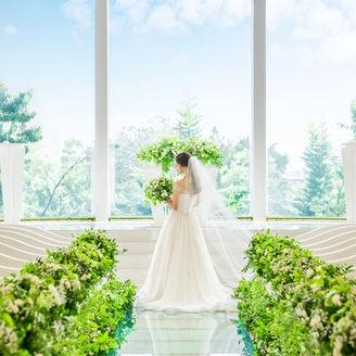 ドレスが最もキレイ映えるガラスのチャペル