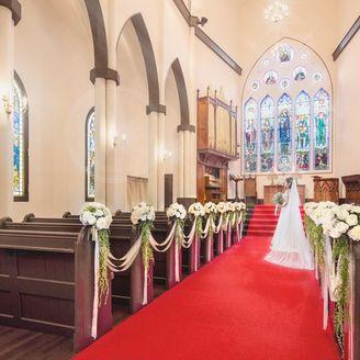 ロイヤルレッドのバージンロードが花嫁のドレスを一層引き立てる