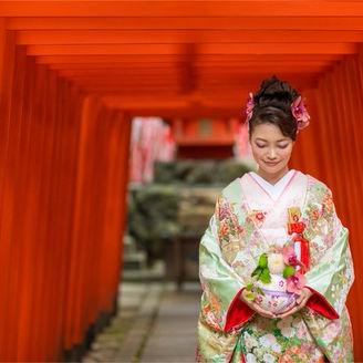 神社境内の赤鳥居は、フォトスポットとして大人気