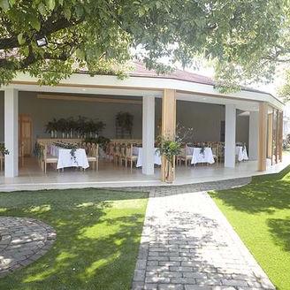 開放感ある披露宴会場から ガーデンへと続へと続きどの場所からでも自然を感じることができる
