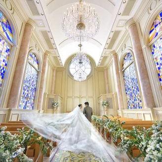 ステンドグラスから射し込む自然光がクリスタルシャンデリアに煌めく「ザ・クリスタルチャペル」 パイプオルガンと聖歌隊の生演奏が響き渡り、感動に包まれます。