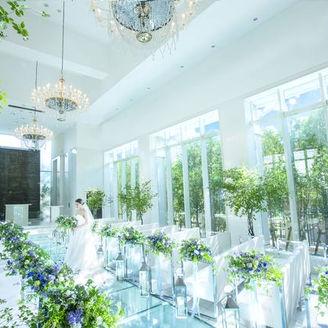 大きな窓から自然光が降り注ぐチャペルは明るさNo.1!他にはないガラスのバージンロードを歩いて輝く花嫁に・・・。