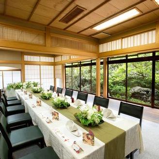 庭を楽しむ和室など人数に合わせて選べる2つの披露宴会場。50名まで対応。控室あり。