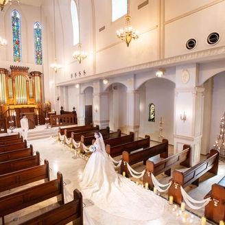 ステンドグラスは1880年に設立したベルギーのサクレハート修道院から移設