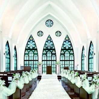 ステンドグラスから柔らかな光が注ぐチャペル。明るく爽やかでありながら厳粛な雰囲気も持ち合わせた理想的のチャペル