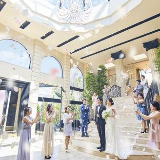 【全天候型】カーサ・ディ・ジェナの光が降り注ぐ室内の大階段。祝福のフラワーシャワーを天気を気にせず行えます。