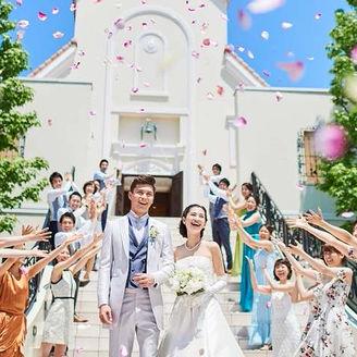 セレモニーの舞台は、青空に映える白亜のチャペル。大階段ではフラワーシャワーの祝福も受けられる