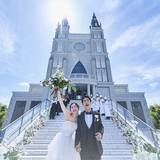 """愛媛No.1の高さを誇る大聖堂がシンボル。大聖堂をシンボルアイコンに広がる非日常のウエディングステージ。ふたりらしいパーティが叶うようにと2つのチャペルと4つの会場での多彩なパーティスタイルが用意。2月に""""アメール""""がリニューアル!"""