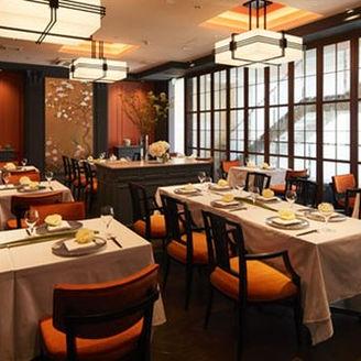 シックで落ち着いた内装、有田焼の食器を使った高級な雰囲気の中、お得なランチコースや記念日のディナーなど特別コースをご用意。