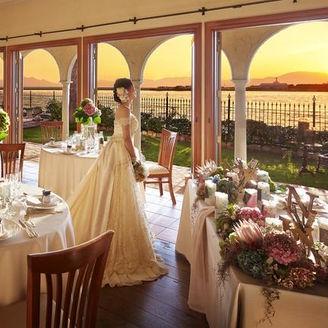 披露宴会場は南向きに作られているから、キレイな夕陽が目の前に!
