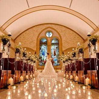 ステンドグラスの輝くチャペルでは幻想的で、感動に包まれる挙式が執り行われる。聖歌隊やオルガン、ハープの生演奏で創られる挙式をぜひブライダルフェアで体感してみてください。