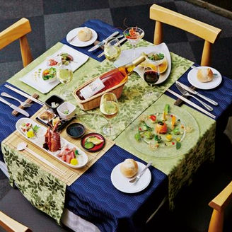 ゲスト自身が料理を選ばれるので、テーブル上に様々な料理が並ぶ